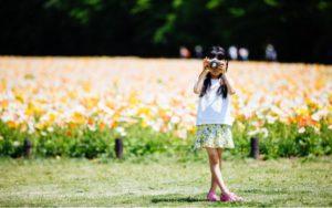 カメラを構える少女